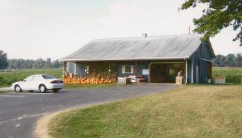 farm house, market, pumpkins front of store